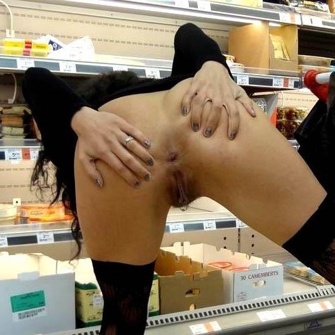 Des coquines sexy s'exhibent dans des supermarchés