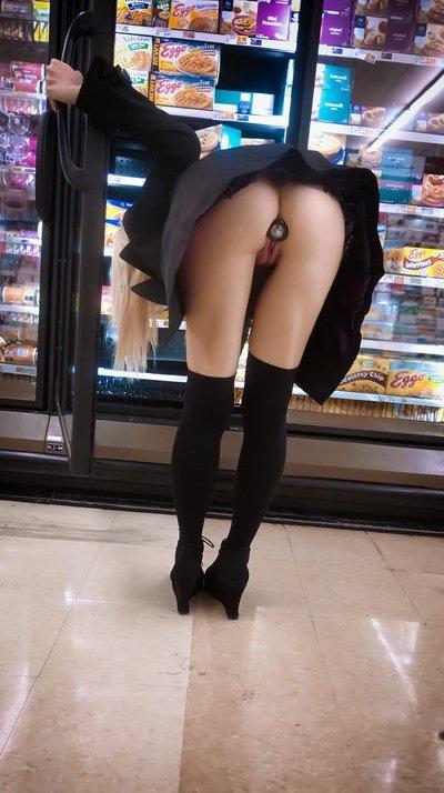 gode dans les fesses en public au supermarché